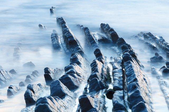 Rocas entre niebla