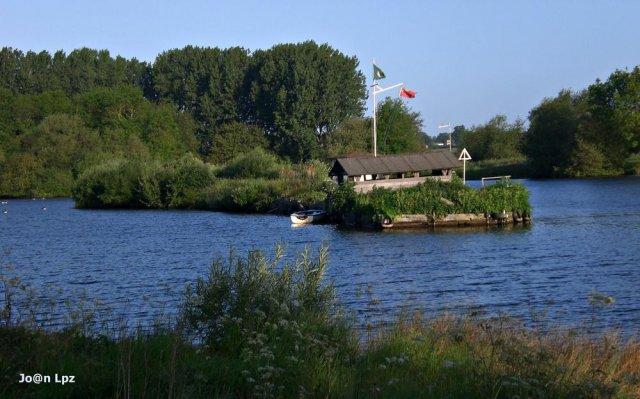 Una casita en el lago