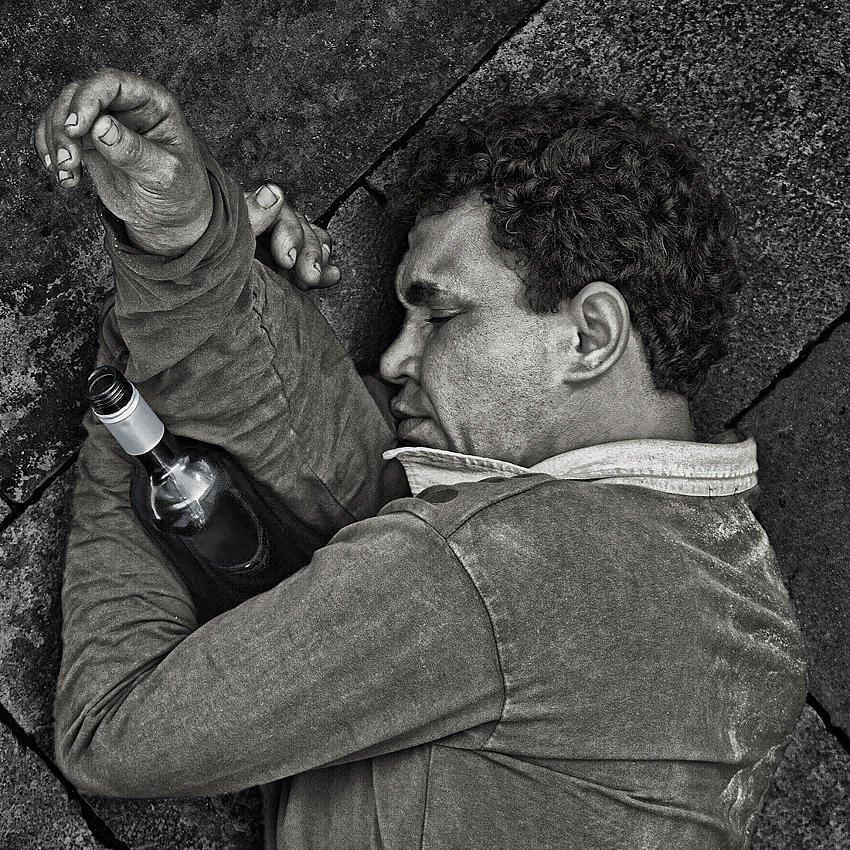 Abrazado a la botella (Salvador Solé Soriano)