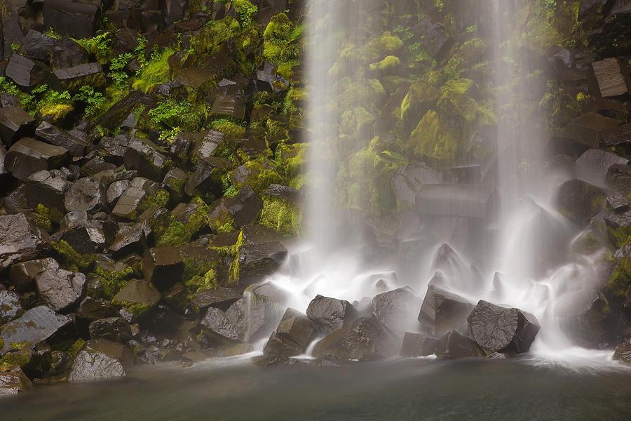 Basalto y agua (david Pérez Hens)