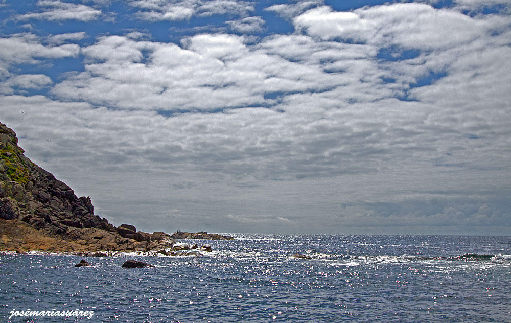 Cielo empedrado y mar plateado (José-María Suárez Domingo)