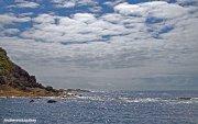 Cielo empedrado y mar plateado