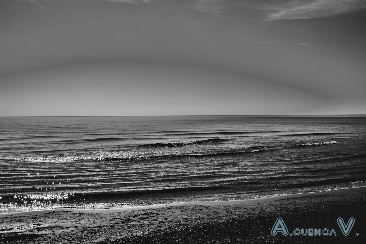 cielo y mar en monocromo. (Antonio Cuenca.   vaya)