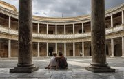 Contemplando el Palacio de Carlos V