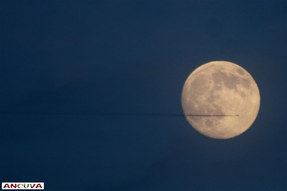 cortando la luna. (Antonio Cuenca.   vaya)