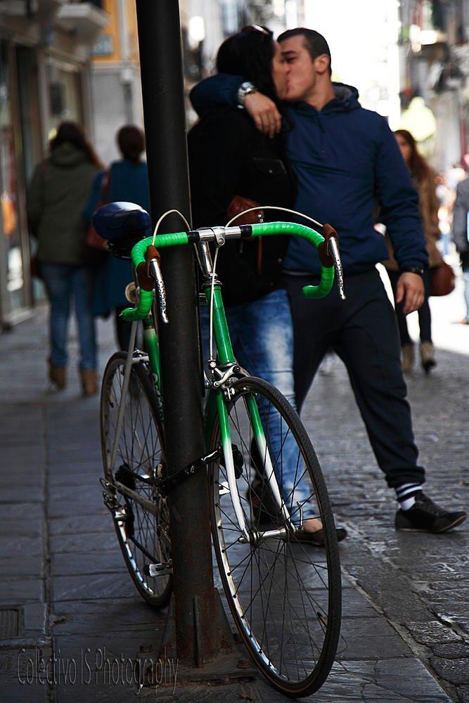 El beso ciclista (Txema Bacaicoa (Colectivo IS))