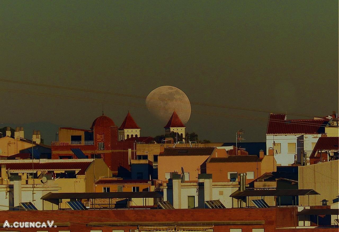 luna entre tejados. (Antonio Cuenca.   vaya)
