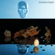 Máscara contemplando un huevo.