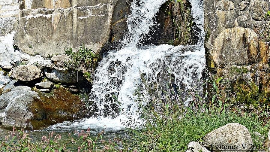 pequeño salto de agua. (Antonio Cuenca.   vaya)