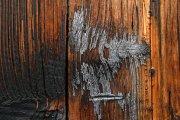 Restos de pintura y fuego sobre madera