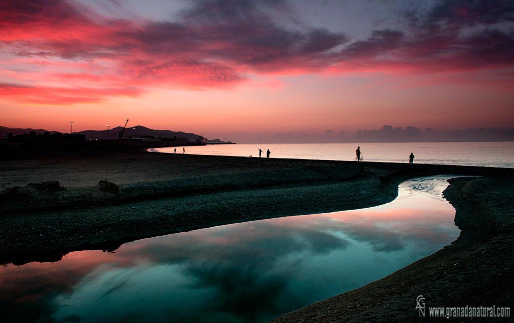 Rojo amanecer en la playa de Poniente. (Lucas Gutierrez Jiménez)