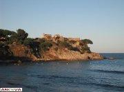 ruinas al lado del mar.