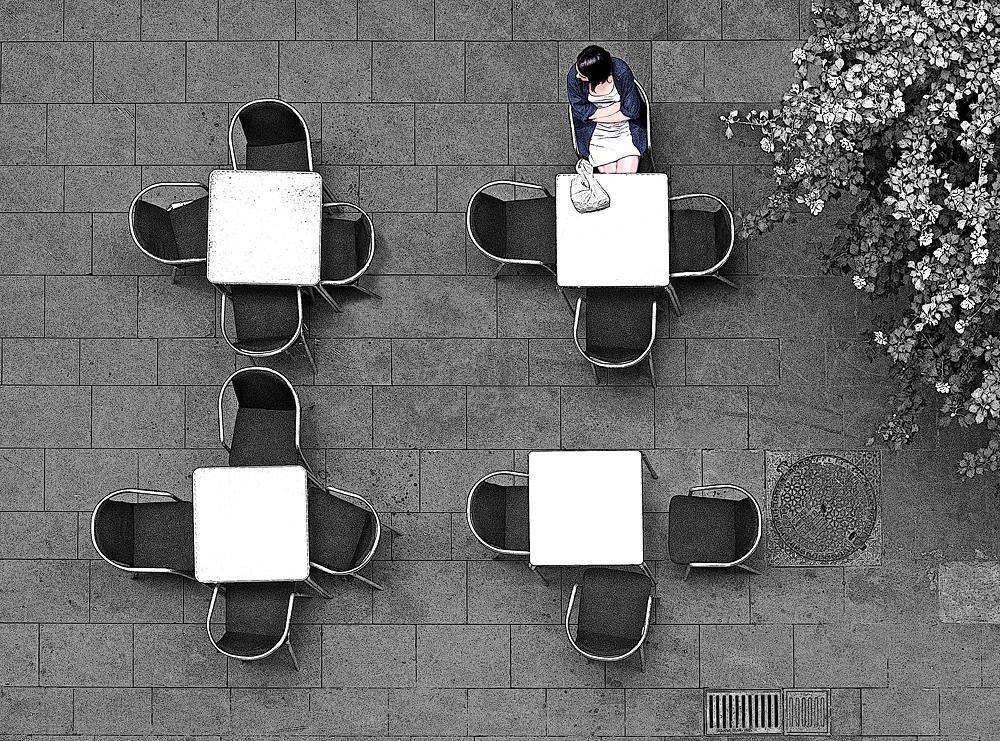 Terraza de bar con clienta (Salvador Solé Soriano)