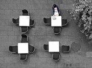Terraza de bar con clienta