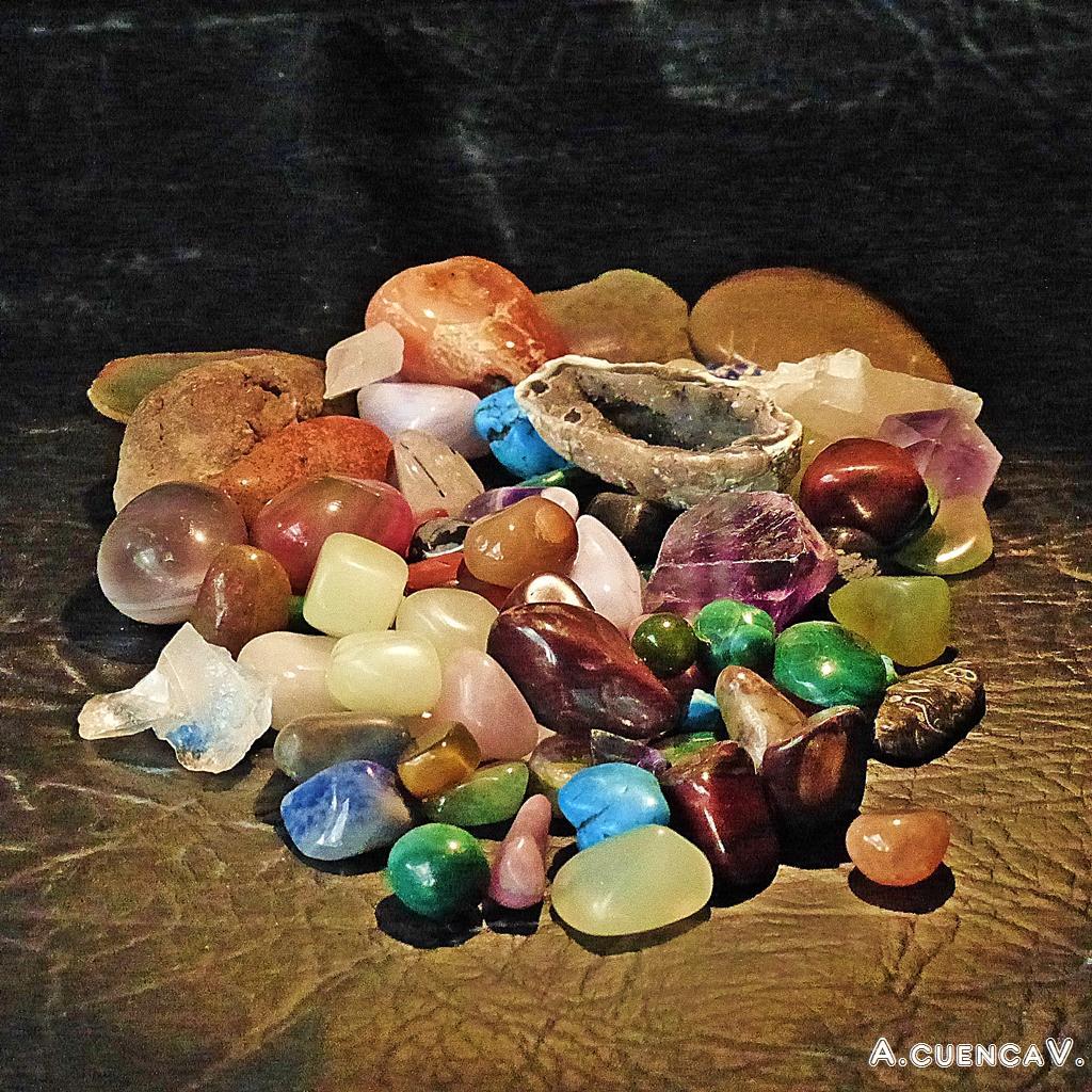 un puñado de piedras. (Antonio Cuenca.   vaya)