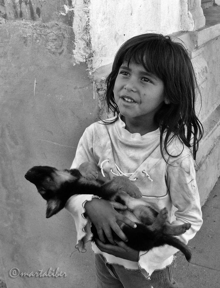 Una niña y su perro Luna (marta Liber)